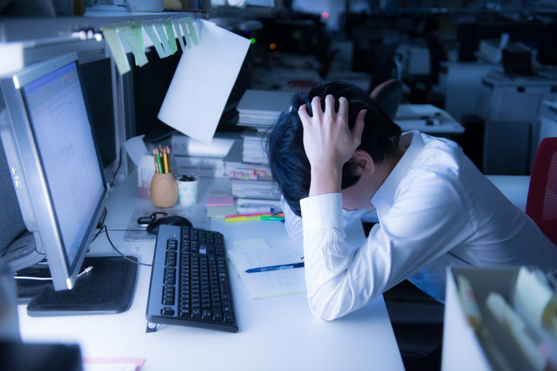 Співробітник японського офісу спить на роботі