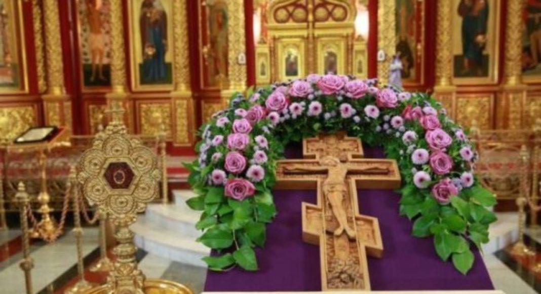 Хрест на тетраподі перед вівтарем