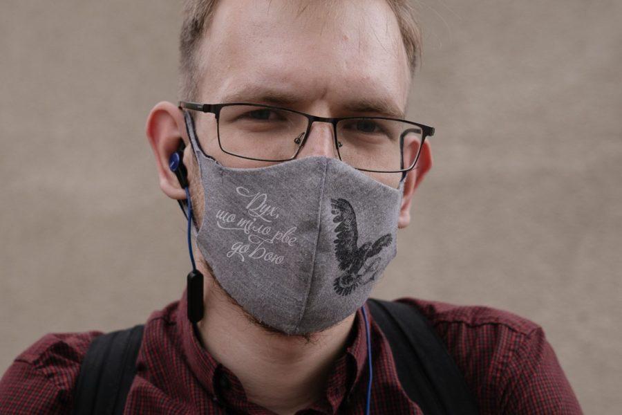 Чоловік у масці