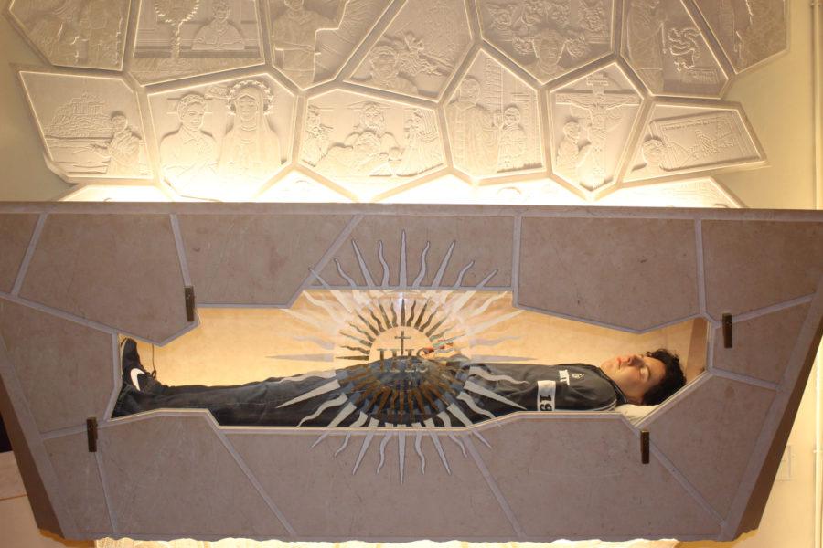 Саркофаг з нетлінним тілом Карла Акутіса