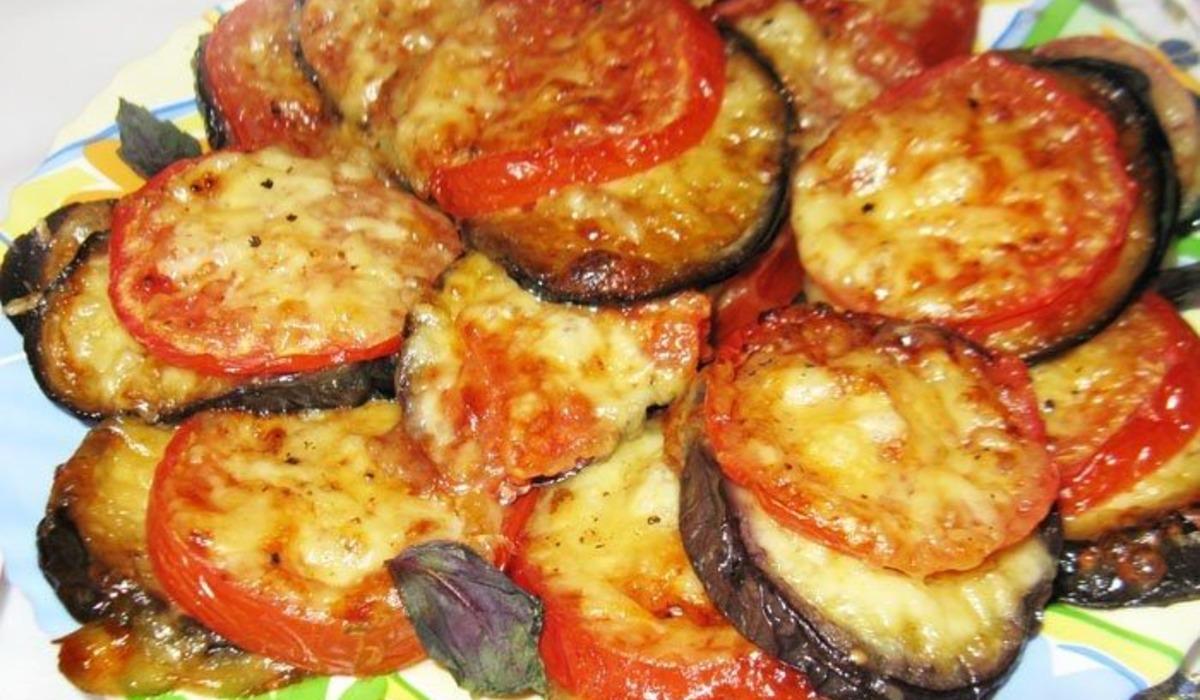 Баклажани з помідорами і сиром рецепт