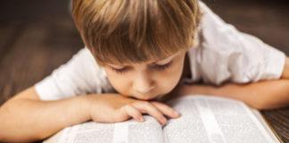 Дитина з Біблією