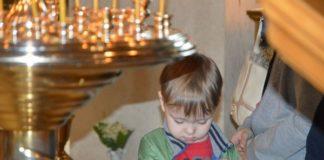 Хлопчик хреститься