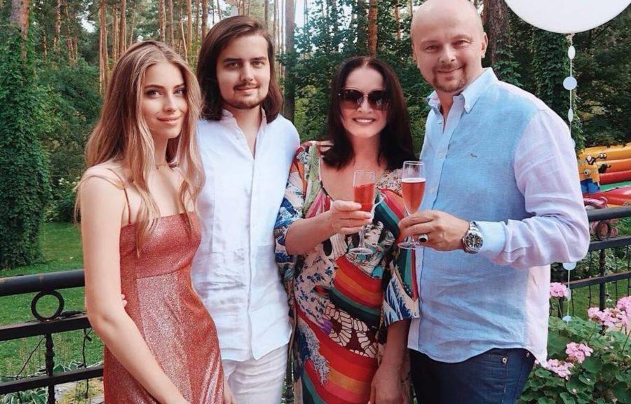 Руслан Євдокименко зі своїми дітьми і Софією Ротару