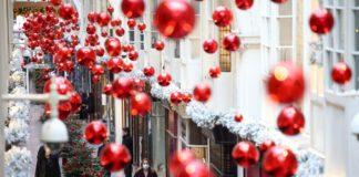 Різдвяні кульки прикрасили зал торгового центру