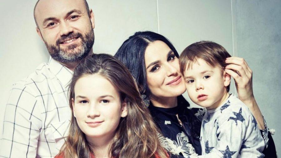 Маша Єфросиніна з чоловіком на двома дітьми