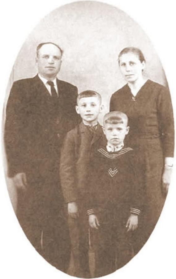 Павло Зібров з батьками та братом