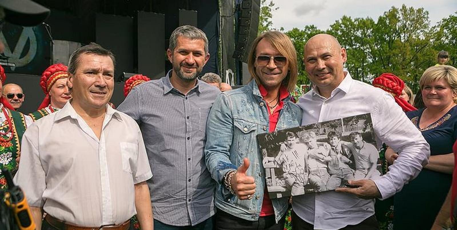 Олег Винник з колегами по шкільному гурті