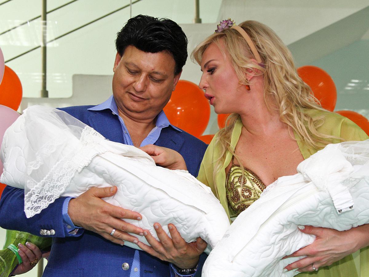 Камалія і Мохаммад Захур з новонародженими донечками