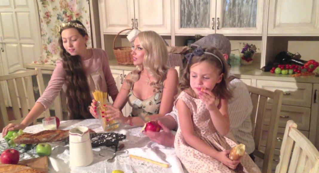 Оля Полякова з доньками