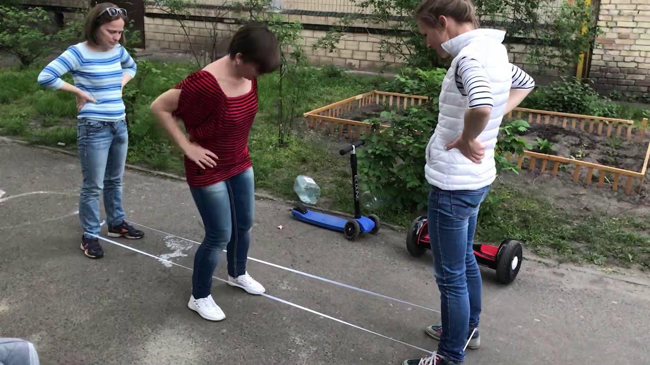 Дівчата у дворі стрибали в резиночку