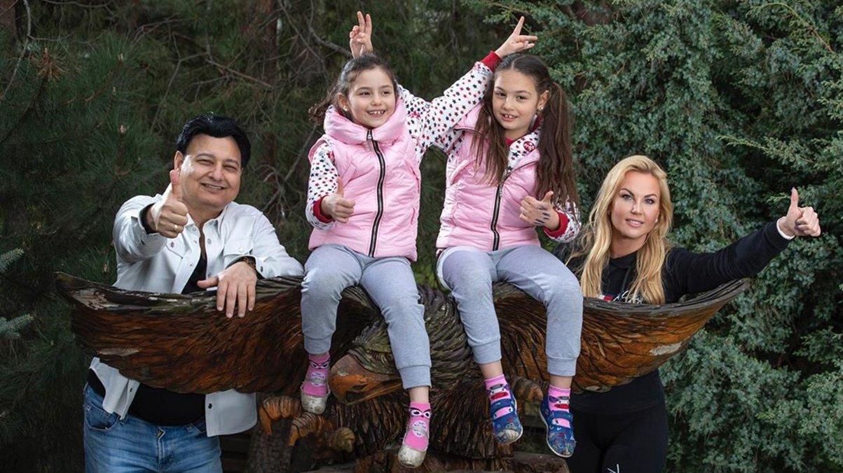 Камалія з чоловіком та доньками