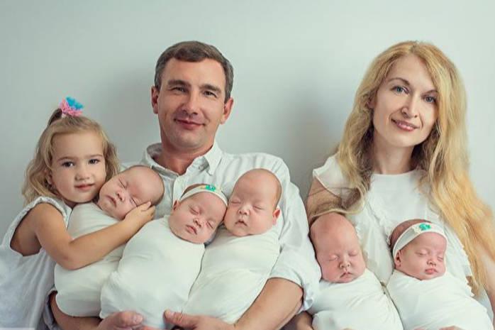 Оксана Кобелецька з дітьми й чоловіком