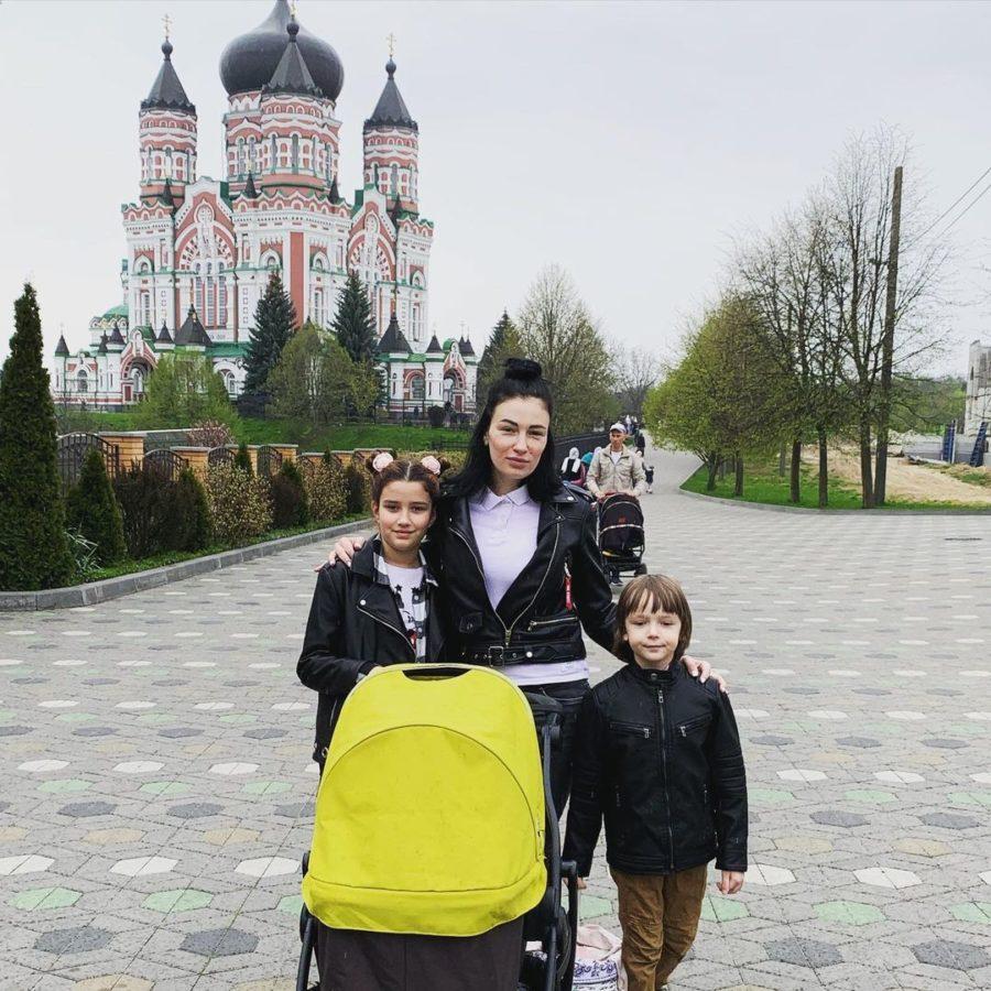 Анастасія Приходько з дітьми