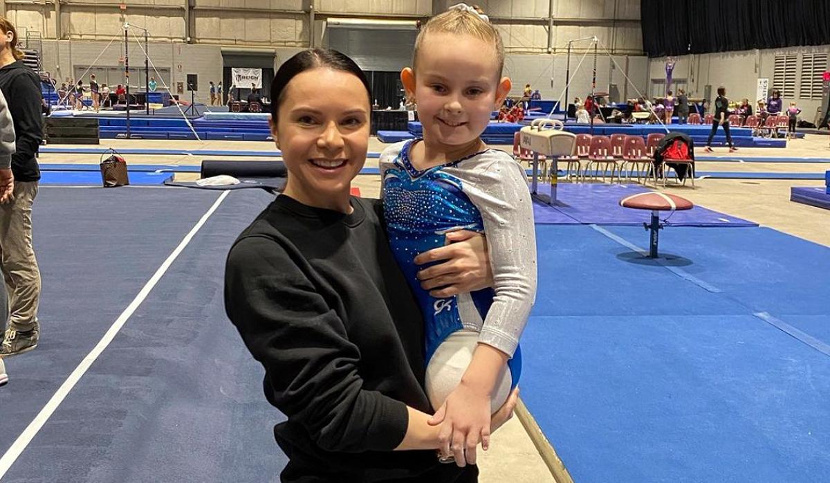 Лілія Подкопаєва з маленькою гімнасткою, яка народилася без ніг