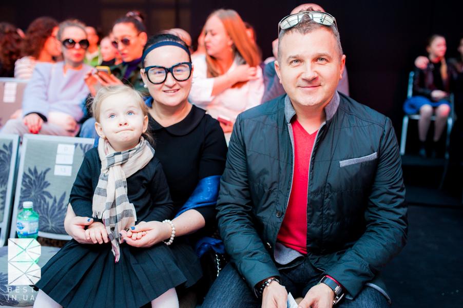Перша дружина Юрія Горбунова тримає на руках їхню онучку