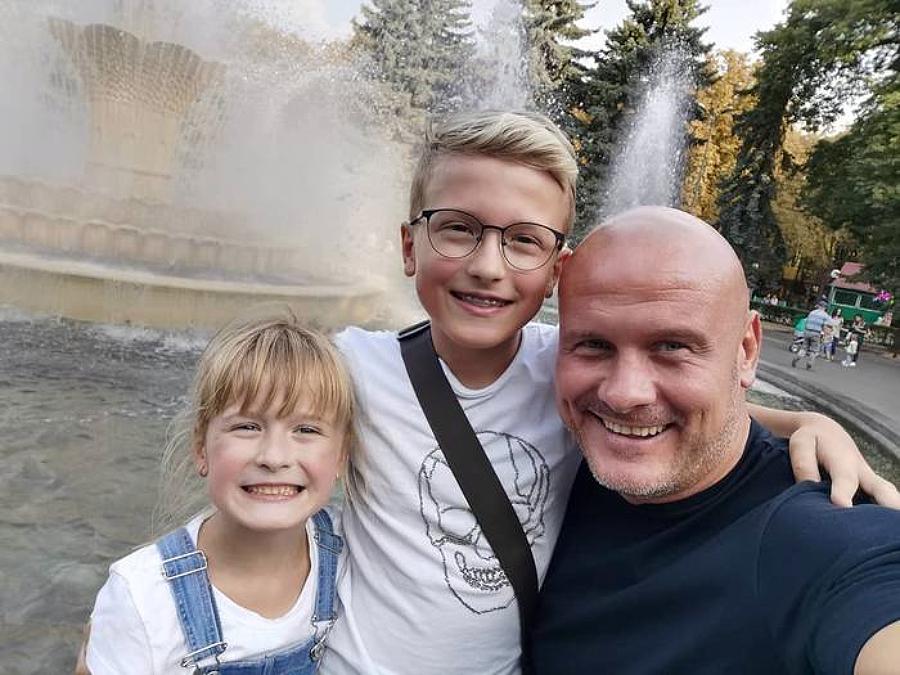 В'ячеслав Узелков з дітьми