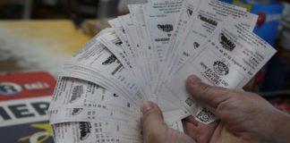 Жінка вибрала лотерейний квиток і тепер має довести, що саме вона його придбала