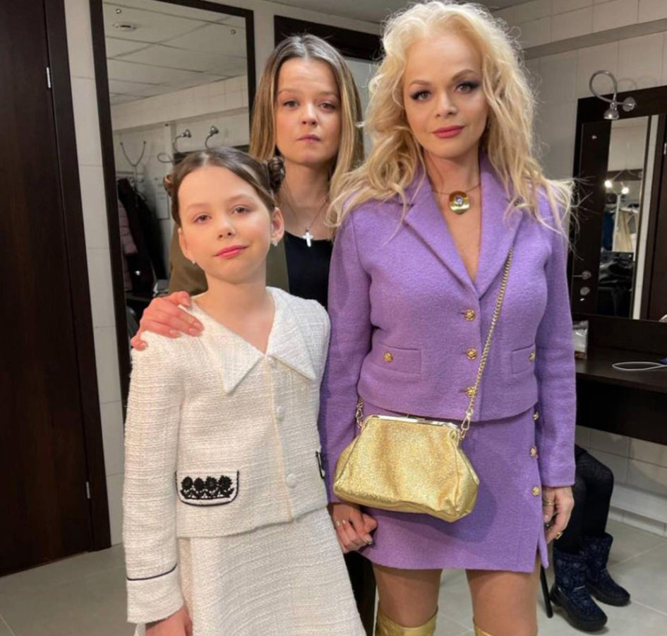 Лариса Доліна з донькою та онучкою