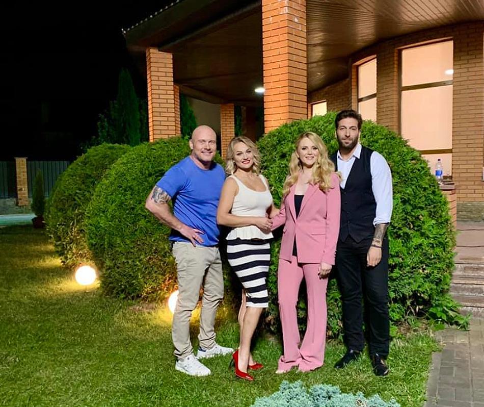 Фото зі зйомок Одруження наосліп, праворуч від В'ячеслава його нова наречена Юлія