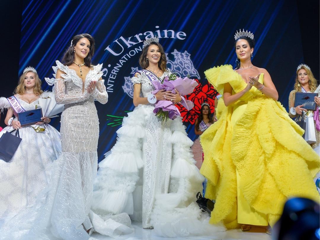 Переможниця конкурсу краси Mrs. Ukraine International-2021 (посередині)