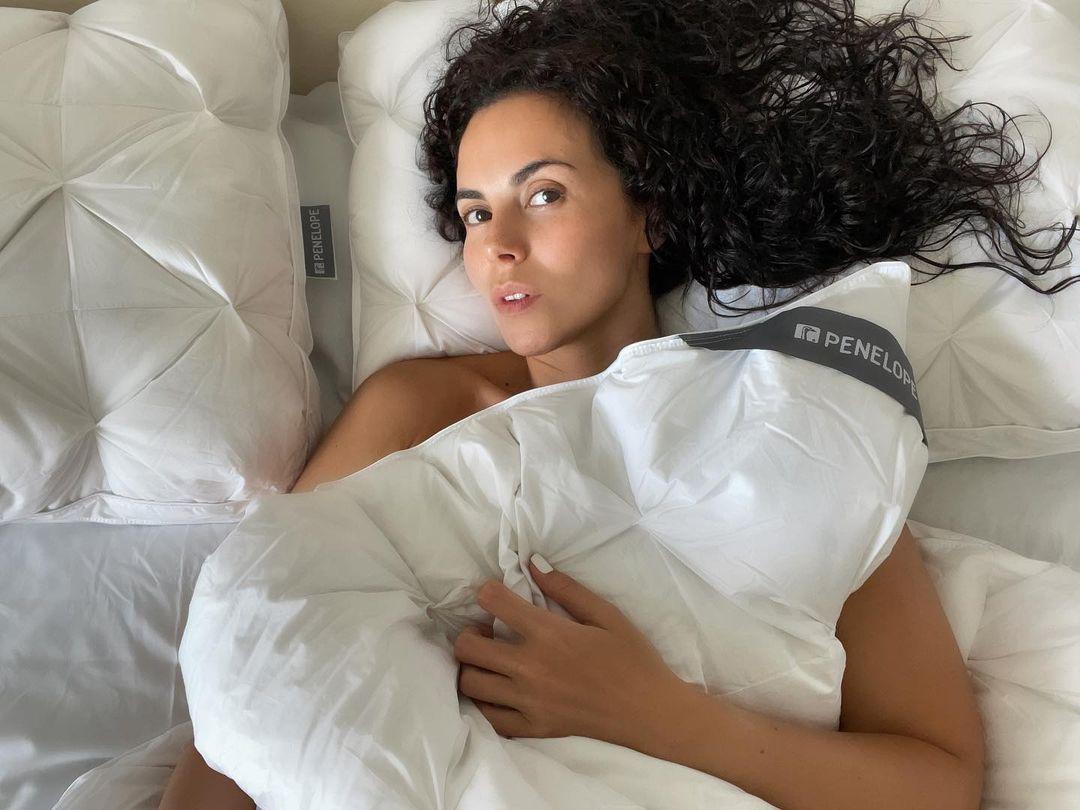 Настя Каменських в ліжку