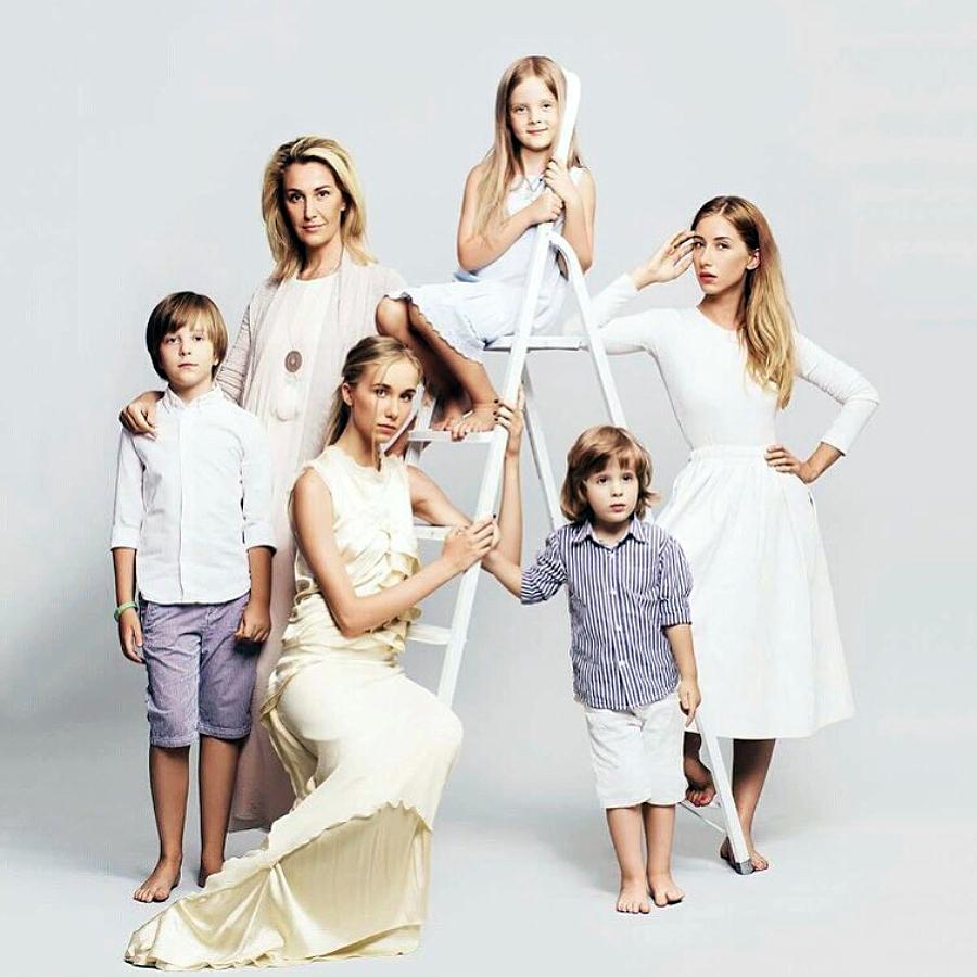 Сніжана Єгорова з п'ятьма своїми дітьми