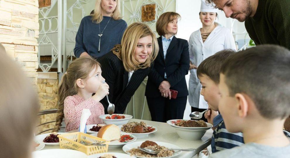 Олена Зеленська та Євген Клопотенко у шкільній їдальні