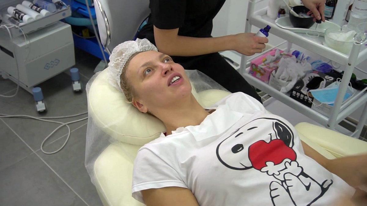 Оля Полякова на процедурах у косметолога