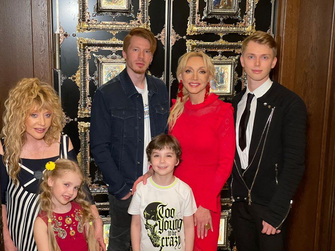 Алла Пугачова з дітьми Лізою, Гаррі та Христиною, а також онуками Микитою і Дені