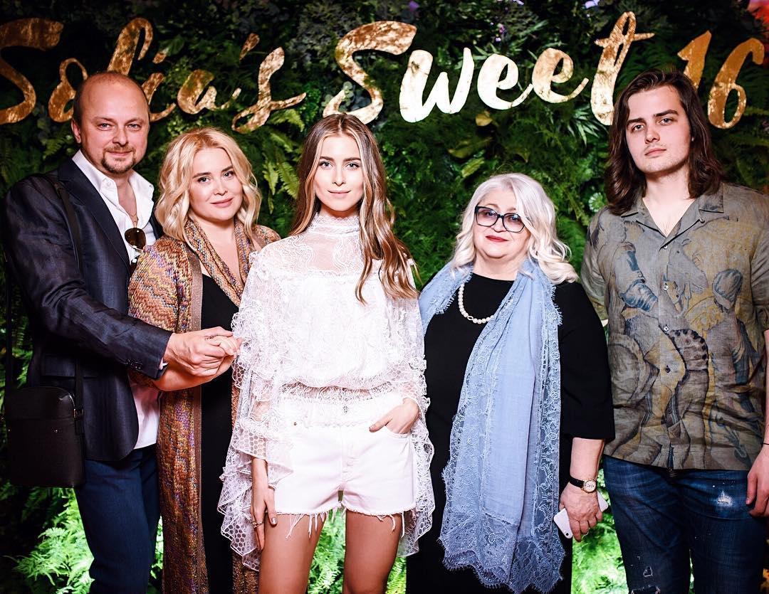 Сімейне фото Руслана Євдокименко з дружиною, дітьми та тещею