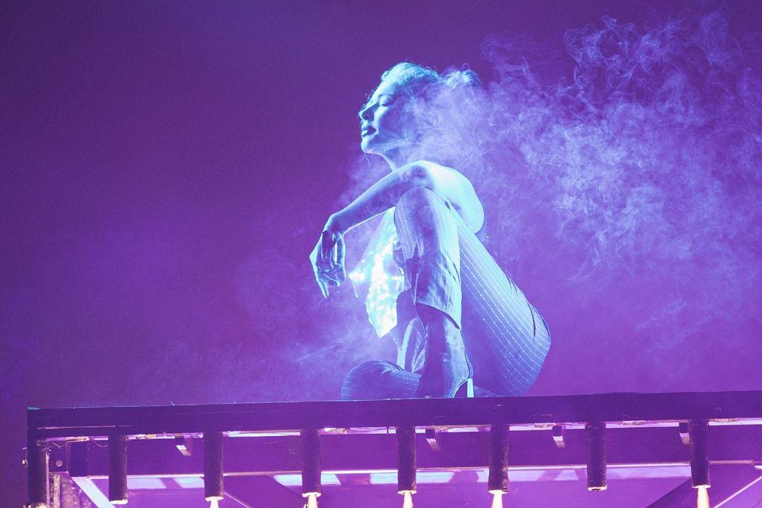 Тіна Кароль у хмарі чадного газу