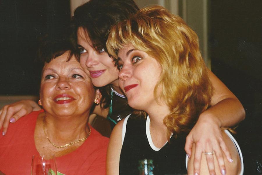 Архівне фото Наташі Корольової з мамою і сестрою