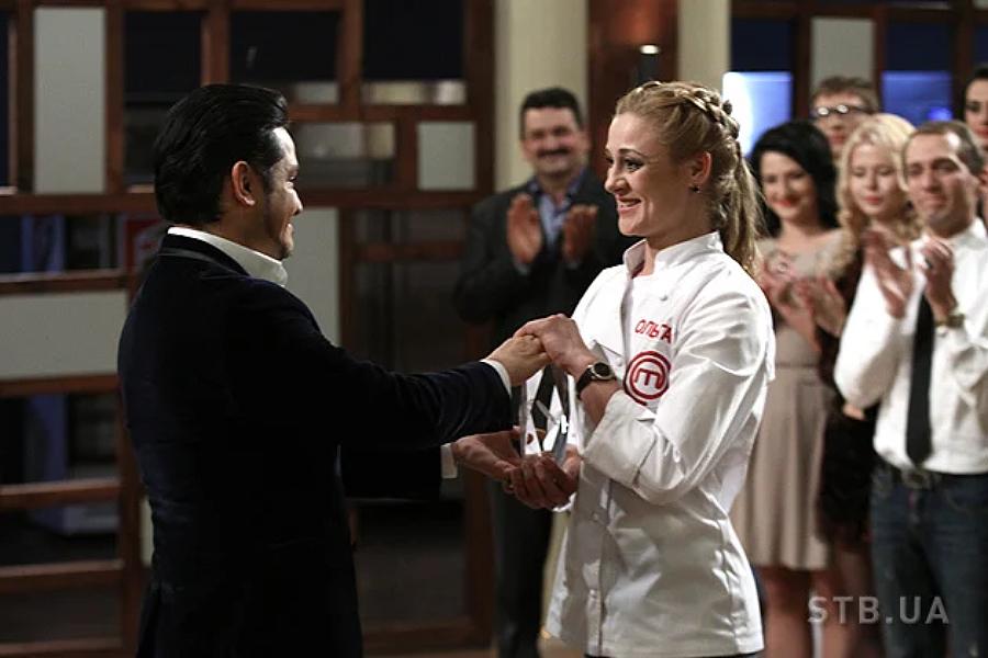 Оля Мартиновська перемогла у 3 сезоні МастерШеф та прийняла кубок від Ектора Хіменеса-Браво