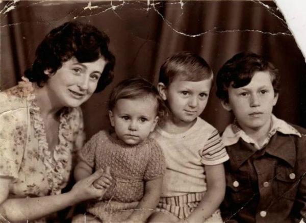 Ані Лорак з мамою та братами